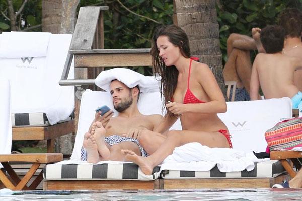 Tiền vệ người Tây Ban Nha và cô vợ Malena Costa tới Miami, Mỹ, nghỉ đón năm mới dài ngày từ cuối tháng 12. Maria Suarez hiện khoác áo CLBGuizhou Hengfeng Zhicheng của Trung Quốc.