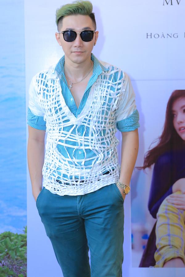 Người mẫu Nam Phong ủng hộ ca sĩ 9X ra sản phẩm mới.