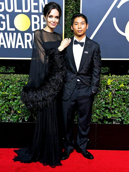 Pax Thiên mặc vest nhung màu đen, ton sur ton với bộ đầm đen của mẹ và trang phục của các ngôi sao trên thảm đỏ năm nay.