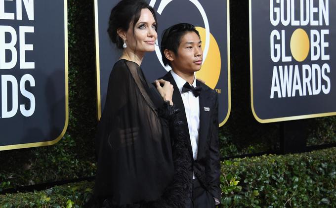 Pax rất tự tin khi hộ tống mẹ tới thảm đỏ. Đây là lần đầu tiên cậu tham dự lễ trao giải Quả cầu vàng. Những năm trước đây, Angelina đều đến cùng Brad Pitt.
