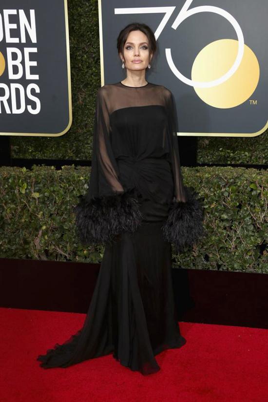 Tại lễ trao giải Quả cầu vàng năm nay, Angelina Jolie được đề cử ở hai hạng mục là Phim nói tiếng nước ngoài xuất sắc (tác phẩm First They Killed My Father) và Phim hoạt hình xuất sắc (The Breadwinner do Angelina làm nhà sản xuất).