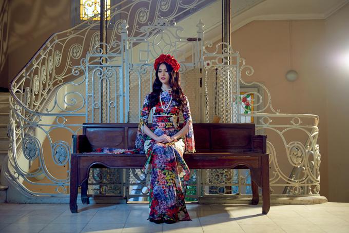 Xuất hiện trong bộ ảnh giới thiệu về show diễn mới, á hậu Thùy Dung đảm nhận vai trò người mẫu, thể hiện các mẫu ái dài rực rỡ sắc xuân.