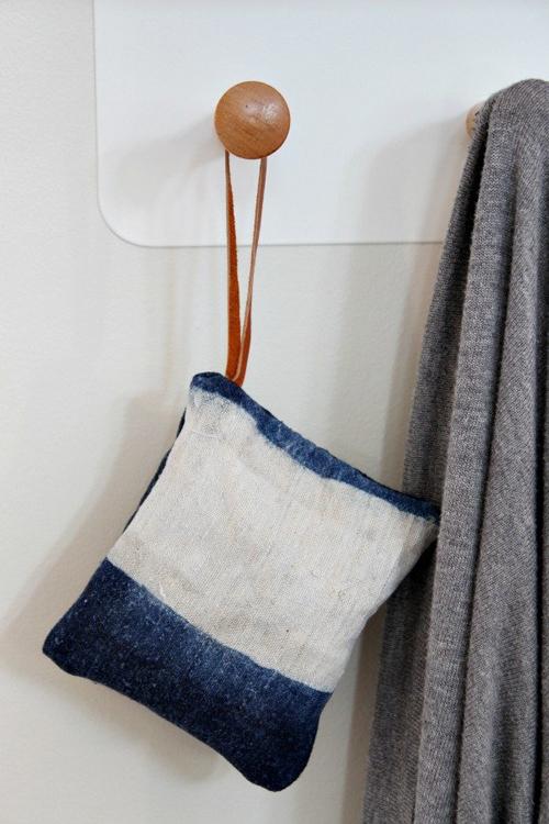 Tự làm túi ướp hương hoa lavender. Những chiếc túi ướp hoa lavender tự chế là một ý tưởng tuyệt vời nếu bạn có những căn phòng hay khu nào đó trong nhà cần phải làm sạch hoặc tươi mới. Bạn chỉ việc treo một chiếc túi có hoa lavender ở bất cứ nơi nào bạn muốn trong nhà để ngôi nhà luôn có mùi dễ chịu.