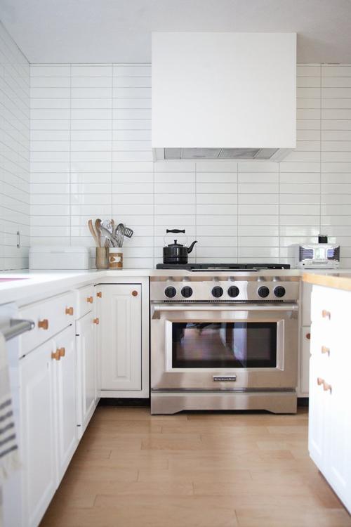 Tống khứ mùi dầu, mỡ khỏi căn bếp. Khibạn nấu ăn thường xuyên, lượng dầu, mỡ sẽ dần tích tụ, ngay cả ở những nơi bạn không bao giờ nghĩ tới. Những chất tẩy rửa chiết xuất từ cam, quýt sẽlàm sạch vết bẩn dầu mỡ bám trên kệ bếp, máy hút mùi, lò vi sóng và nhiều nơi khác, giúp căn bếp bớt đi mùi khó chịu.
