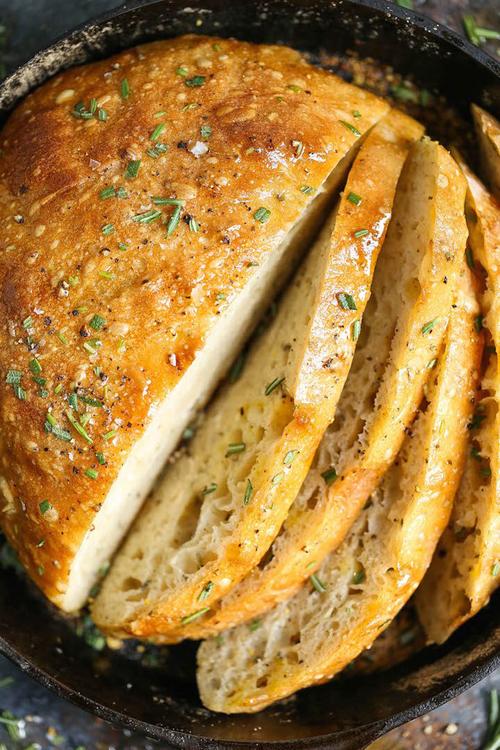 Nướng bánh. Có cáchnào khácgiúp ngôi nhà bạn thơm nức hơnmột ổbánh mỳ tươi không? Có nhiều công thức làm bánh mỳ đơn giản nhưng hãy thử công thứcbánh mỳ hương thảo không nhồi, bạn sẽ thấyngôi nhà như được ướp hương dịu nhẹ.