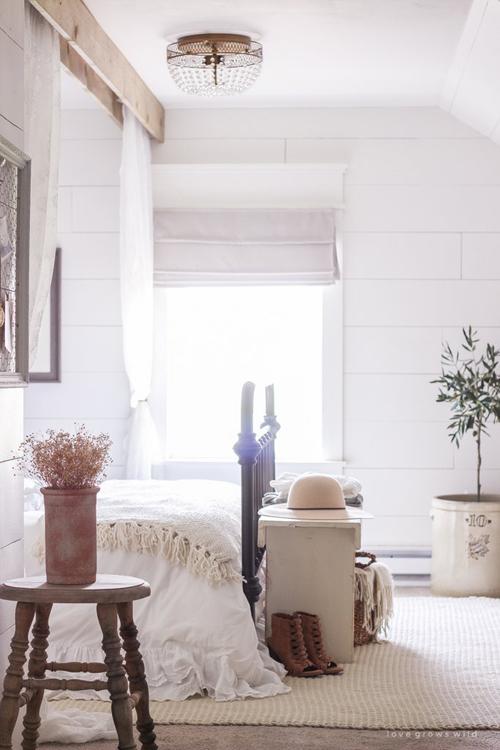 Đặt máy lọc không khí trong phòng. Máy lọc không khí có nhiều tác dụng, từ tống khứ các chất gây ô nhiễm tới làm cho ngôi nhà ít bụi hơn. Máy cũng giúp tạo ra mùi hương tươi mát cho căn nhà bạn.