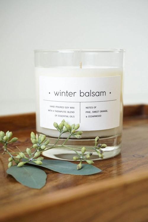 Đốt nến. Những cây nến có mùi thơmlàm căn phòng thêm ấm cúng và biến mọi ngóc ngách trong nhà có mùi dễ chịu.