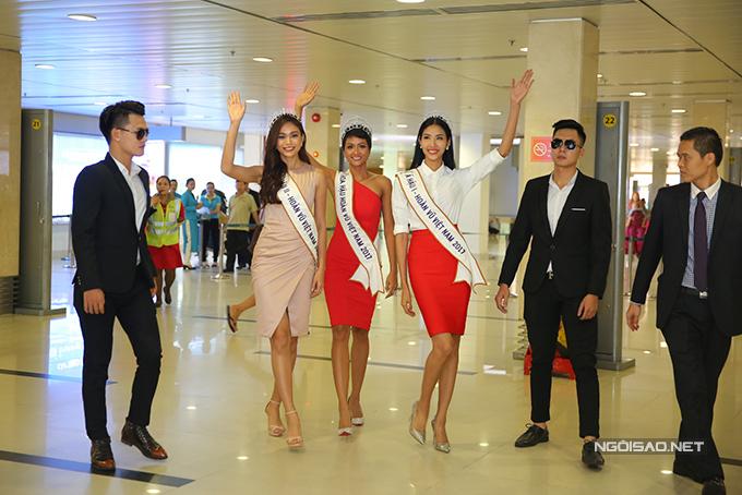 HHen Niê cùng hai Á hậu được chào đón nồng nhiệt khi về đến TP HCM