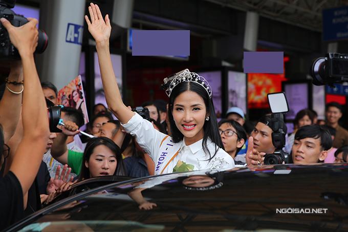HHen Niê cùng hai Á hậu được chào đón nồng nhiệt khi về đến TP HCM - 9