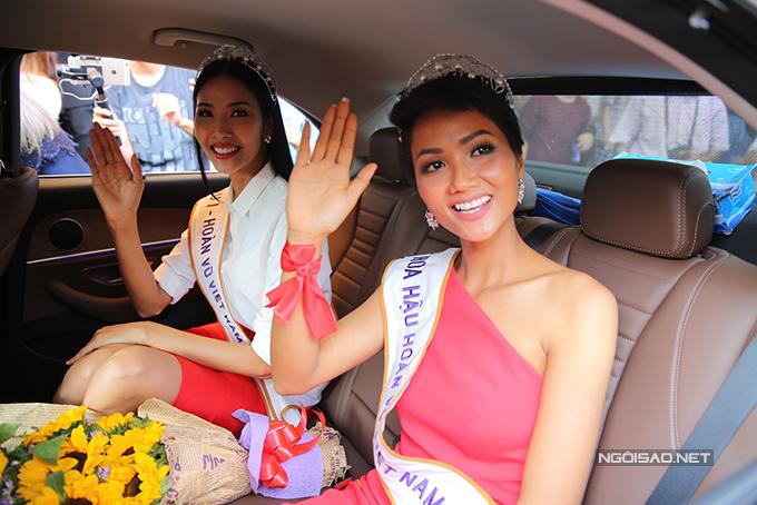 HHen Niê cùng hai Á hậu được chào đón nồng nhiệt khi về đến TP HCM - 11