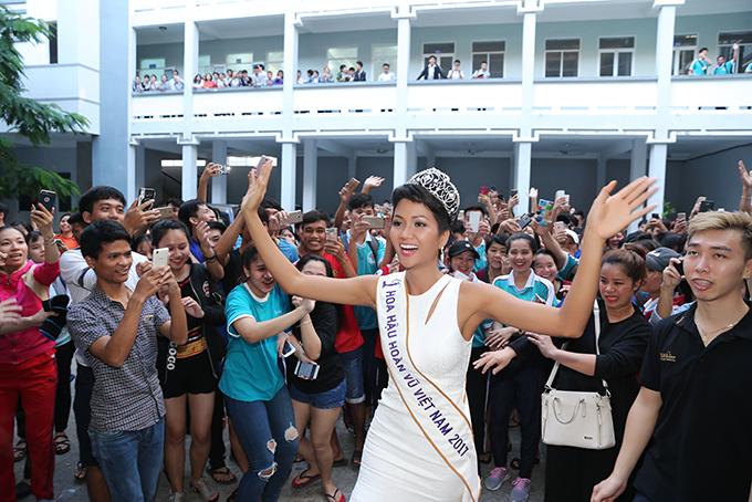 HHen Niê và hai Á hậu đọ sắc cùng Miss Universe 2008 Dayana Mendoza - 11