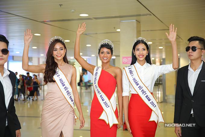 HHen Niê cùng hai Á hậu được chào đón nồng nhiệt khi về đến TP HCM - 1