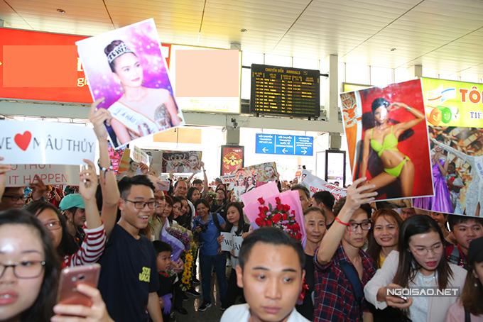 HHen Niê cùng hai Á hậu được chào đón nồng nhiệt khi về đến TP HCM - 2