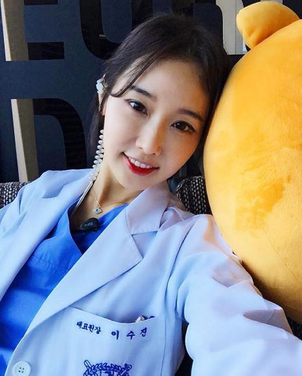 Lee Soo Jin sinh năm 1969, tốt nghiệp chuyên ngành bác sĩ Nha khoa trường Đại học Quốc gia Seoul.