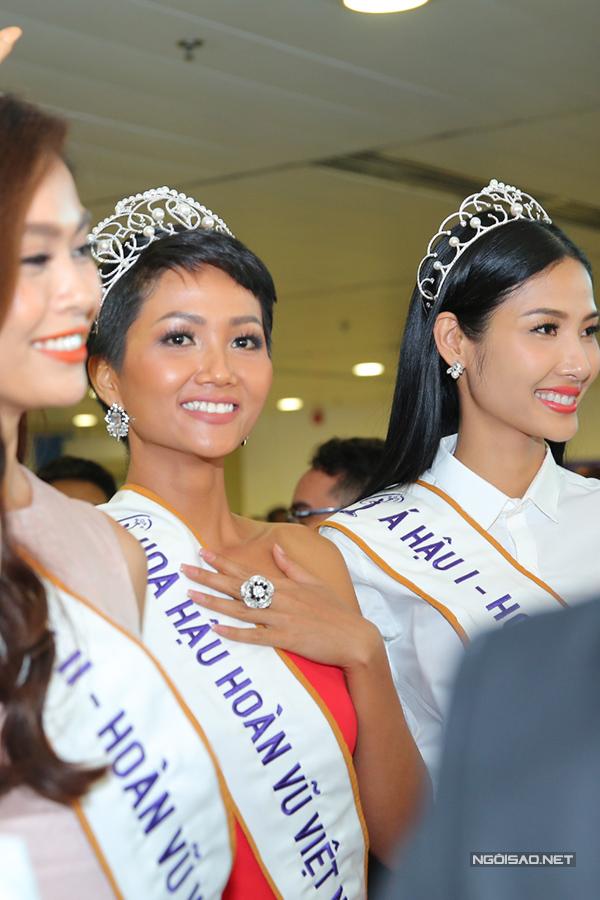HHen Niê cùng hai Á hậu được chào đón nồng nhiệt khi về đến TP HCM - 3