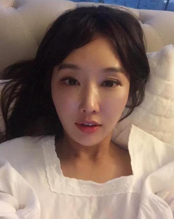 Cũng giống như nhiều phụ nữ Hàn Quốc khác, Lee Soo Jin luôn làm sạch và dưỡng ẩm đầy đủ, thoa kem chống nắng đều đặn mỗi ngày.