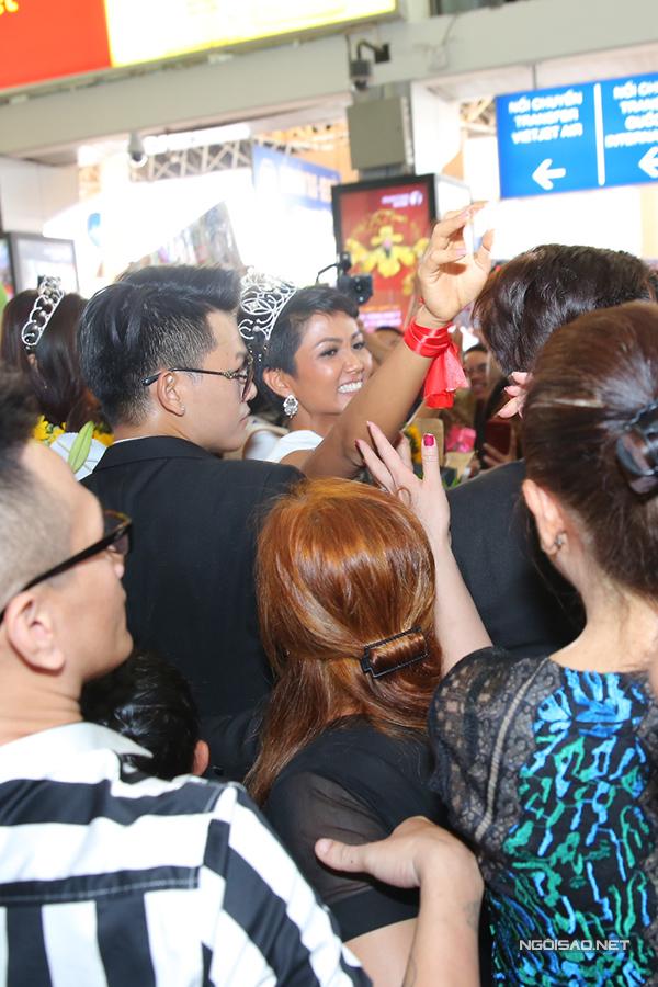 HHen Niê cùng hai Á hậu được chào đón nồng nhiệt khi về đến TP HCM - 5