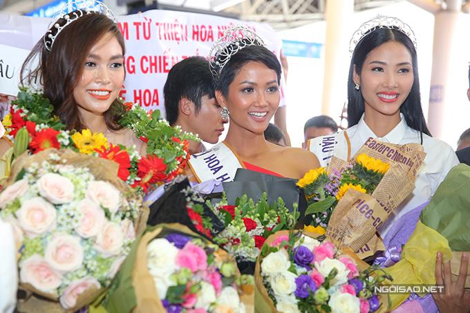 HHen Niê cùng hai Á hậu được chào đón nồng nhiệt khi về đến TP HCM - 6
