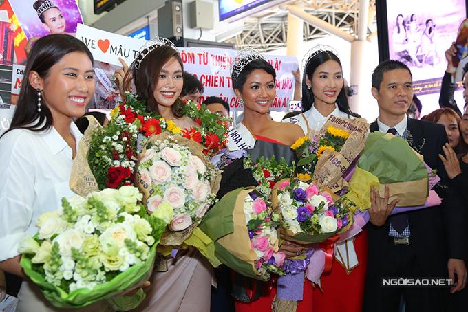 HHen Niê cùng hai Á hậu được chào đón nồng nhiệt khi về đến TP HCM - 7