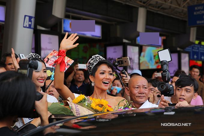 HHen Niê cùng hai Á hậu được chào đón nồng nhiệt khi về đến TP HCM - 8