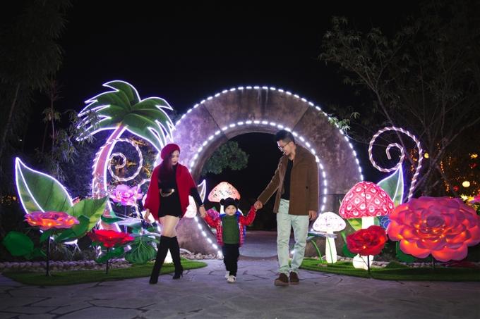 Xứ sở thần tiên không chỉ có trong cuốn tiểu thuyết thiếu nhi Alice in Wonderland nổi tiếng của nhà văn người Anh Lewis Carroll. Đến tổ hợp giải trí Sun World Halong Complex ở miền di sản Hạ Long những ngày này, du khách ngạc nhiên trước một thế giới đẹp như cổ tích được khắc họa bằng những tiểu cảnh ánh sáng rực rỡ với đèn lồng hình cây nấm, bông hoa, những chiếc lá khổng lồ ngộ nghĩnh&