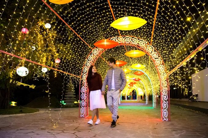 Bao quanh núi Phú Sỹ là đường hầm ánh sáng được thắp lên bởi những dải đèn led rực rỡ tông màu vàng cam, phối màu cực đỉnh với hàng trăm đèn lồng độc đáo. Thúy Anh (Hà Nội) chia sẻ: Đi dưới con đường ánh sáng này, cảm giác lãng mạn như trong phim Hàn Quốc vậy.