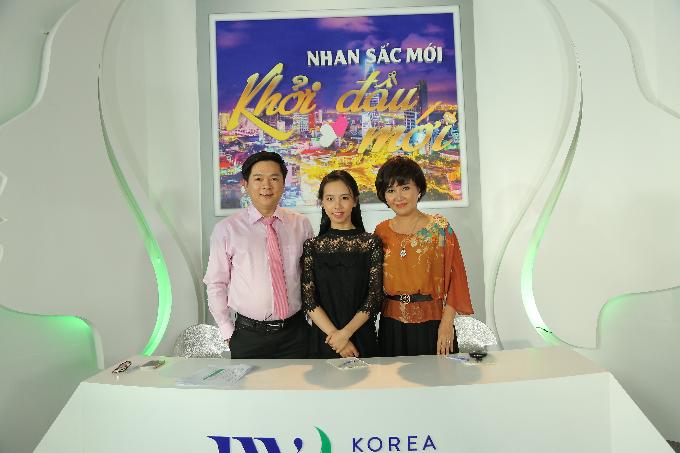 Tiến sĩ, bác sĩ Tú Dung và nghệ sĩ Ngân Quỳnh chụp ảnh kỷ niệm và động viên Hồng Ngân.