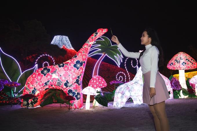 Người lớn cũng khó rời mắt trước khu rừng kỳ thú khi những chú khủng long từ kỷ nguyên nào bỗng dưng xuất hiện. Khủng long phiên bản lễ hội ánh sáng Sun World Halong Complex được khoác áo hoa lộng lẫy như đi trẩy hội. Những hình ảnh 3D nghệ thuật sáng rực cả góc trời Hạ Long này khiến bất cứ ai cũng muốn chạy ngay đến từng ngõ ngách công viên để khám phá.