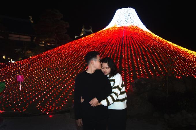 Dấn bước sâu hơn vào xứ sở thần tiên ấy, thấy núi Phú Sỹ sáng rực giữa khu vườn Nhật trên đỉnh Ba Đèo. Hàng nghìn dải đèn led màu đỏ phủ kín đồi cỏ xanh rì thường ngày, phần ngọn núi lại là sự cộng hưởng ánh sáng trắng tinh khôi, tỏa sáng như một viên ngọc lộng lẫy. Góc check-in này đem lại cho bạn những bức hình chất hơn nước cất.