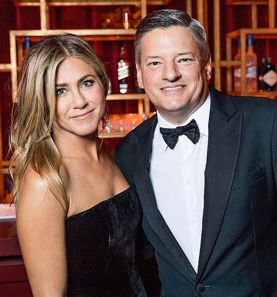 Không chỉ trong khán phòng này mà Angelina và Jennifer Aniston còn chạm mặt nhau lần nữa tại bữa tiệc hậu lễ trao giải của nhà sản xuất kênh truyền hình Netflix (bên phải).