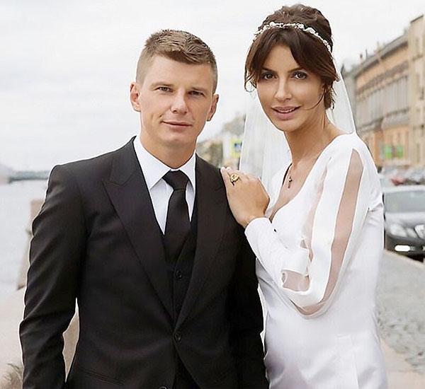Arshavin và cô vợ Alisa trong ngày cưới năm 2016.