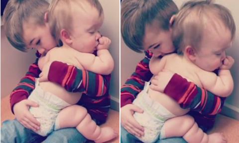 Anh trai 5 tuổi an ủi em gái mặc bỉm bị ốm