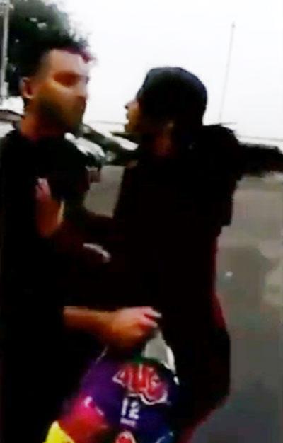 Người vợ xông đến giận dữ chỉ trích chồng trong bãi đỗ xe của khách sạn.
