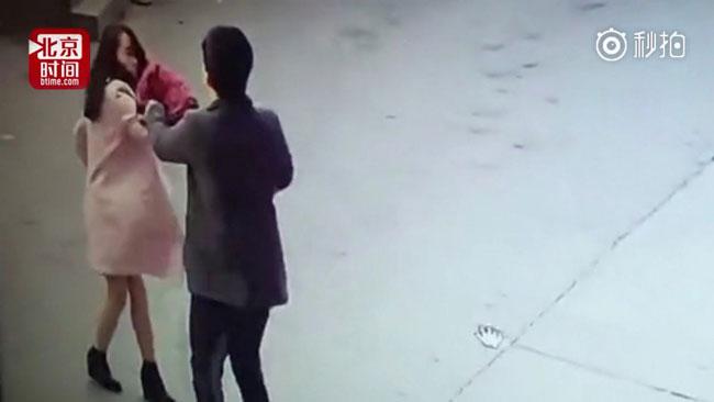 Zhang lao vào đánh Xiao rồi bỏ trốn.