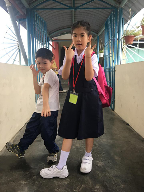 Sau hơn một tuần đi học lớp 1, bé Ella ở bangJohor Bahru cảm thấy vui và phấn khởi với trường mới, bạn mới. Sáng nào bé cũng dậy sớm, vệ sinh cá nhân, tự ăn sáng rồi chuẩn bị đến trường. Ella được bầu làm lớp trưởng nhờ sự nhanh nhẹn, bạo dạn và tự tin. Mỗi khi đi học về, cô bé lại hào hứng kể chuyện hoặc chia sẻ những vấn đề gặp phải với mẹ. Thấy con hòa nhập tốt, chị Diễm Ly, mẹ Ella, cảm thấy yên tâm và thoải mái.
