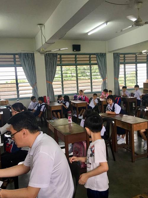 Trường tiểu học ở Malaysia thường khai giảng năm học mới từ đầu tháng 1 hàng năm. Giữa năm học cuối, trường mẫu giáo sẽ gửi đơn xin nhập học lớp 1 về nhà để phụ huynh tự điền, kèm danh sách ghi địa chỉ và ngày nộp hồ sơ vào các trường công trên địa bàn quận. Phụ huynh tự tham khảo xem con mình thích hợp trường nào để đếnnhờ tư vấn, tham quan trước khi điền đơn.Gần đến ngày nhập học, trường tiểu học nơi phụ huynh đã đăng ký sẽ gửi thông báo ghi bé sẽ học tại lớp nào, lịch khai giảng và tổng chi phí phải đóng cho nhà trường cả năm là bao nhiêu.