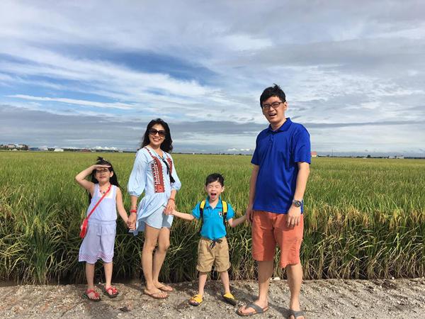 Vợ chồng chị Ly sắp chào đón con thứ ba ra đời. Cậu con trai thứ hai của họ hiện học năm cuối mẫu giáo.Ở nhà, chị Ly dạy haibé tiếng Việt nên giờ chúngđều có thể viết vàđánh vần thành thạo.