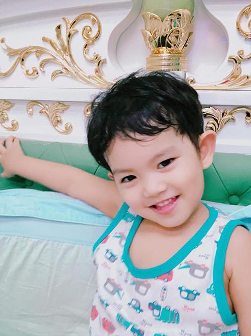 Kubi nhà Khánh Thi Phan Hiển rất thích chụp ảnh, nhất là chụp ảnh selfie.