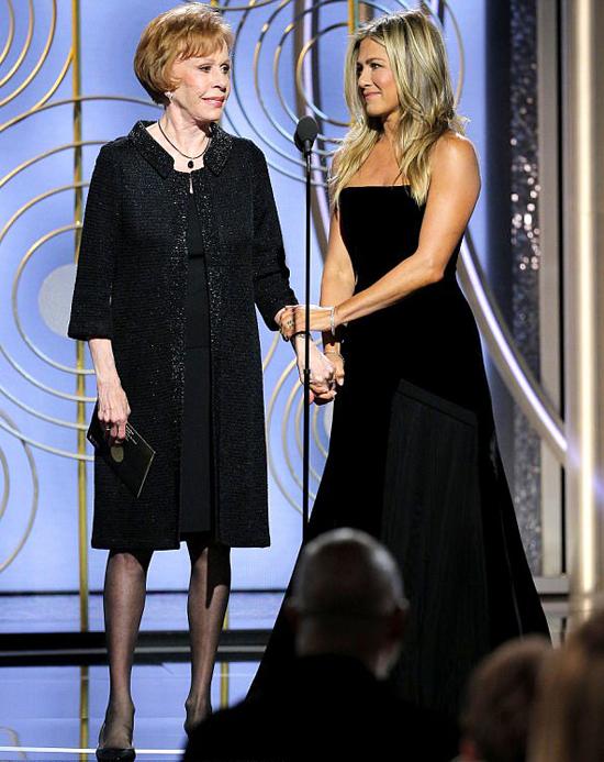 Jennifer Aniston khi đứng trên sân khấu để đọc các đề cử và trao giải.