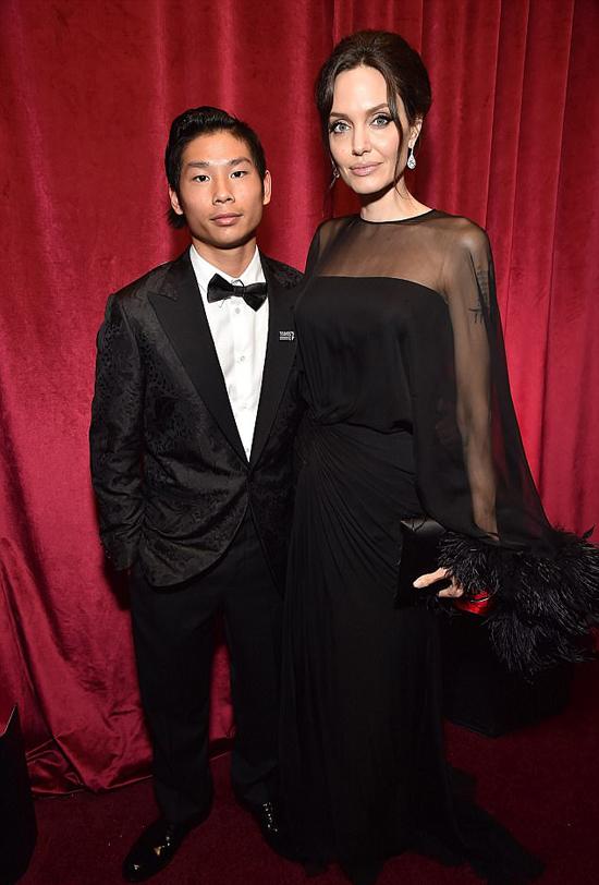 Angelina cùng con trai trong buổi tiệc vào đêm 7/1.