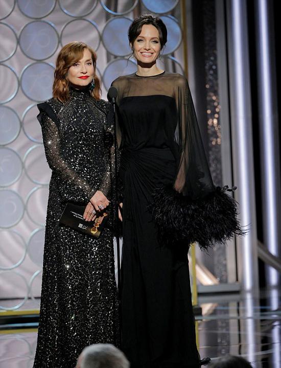 Đến cuối buổi lễ, Angelina Jolie cũng lên sân khấu trao giải thưởng.