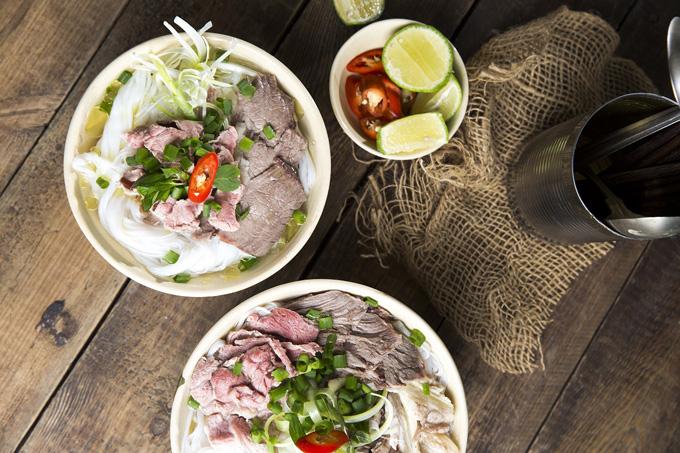Món phở tại nhà hàng có sự kết hợp giữa gia vị bí truyền và phần thịt nạm bò được nhập khẩu từ Mỹ, mang đến hương vị thơm ngon đúng điệu.