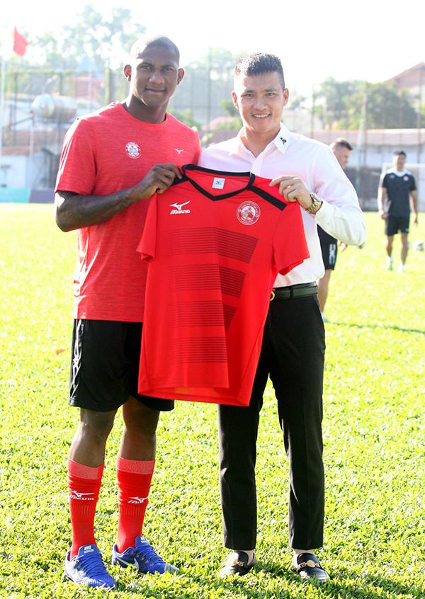Trong buổi tập đầu, Công Vinh cho ra mắt bản hợp đồng mới - tiền đạoGustavo Santos Costa. Trước khi đầu quân cho CLB TP Hồ Chí Minh, chân sútsinh năm 1996 người Brazil chơi tại giải J-League 2, Nhật Bản.