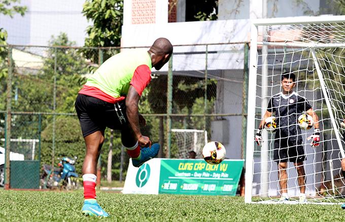 Ngau trongbuổi đầu tiên,Gustavo gây ấn tượng tốt với ban huấn luyện và các đồng đội khiliên tục ghi bàn.