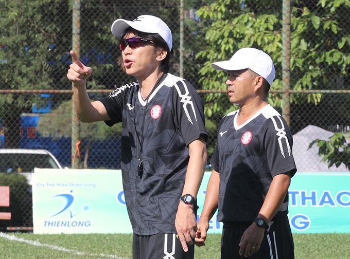 HLV Miura đốc thúc các học trò tập luyện. Chiến lược gia người Nhật tỏ ra rất chu đáo. Trước đó, cựu HLV tuyển Việt Nam ra sân, tự tay thay lưới để chuẩn bị cho mùa giải mới.