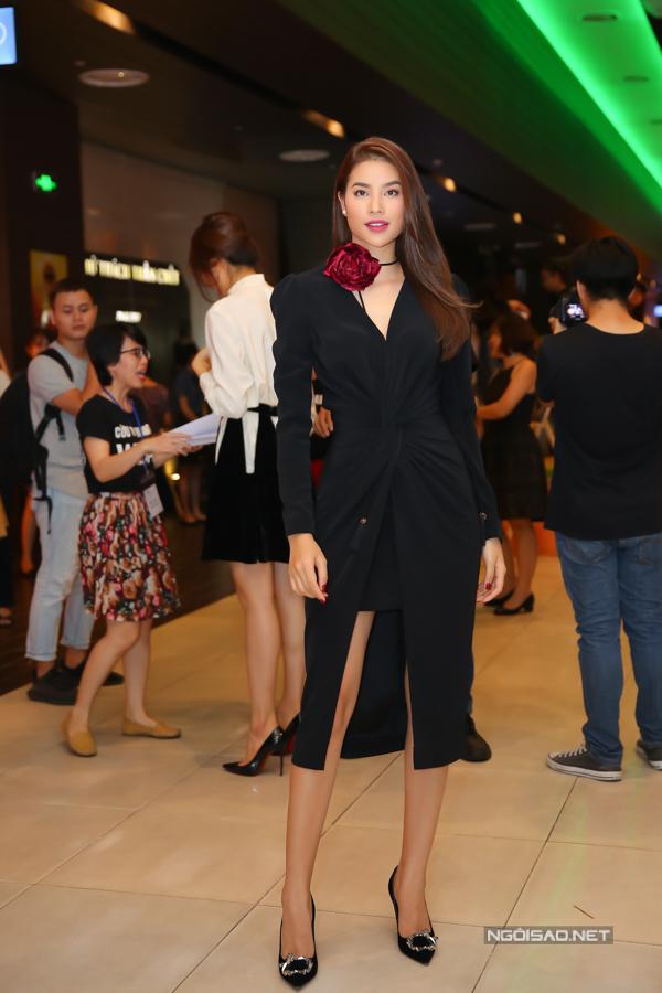 Chiều 9/1, Phạm Hương tham dự sự kiện tại TP HCM. Cô mặc váy đen xẻ ngực, vừa bí ẩn vừa quyến rũ.