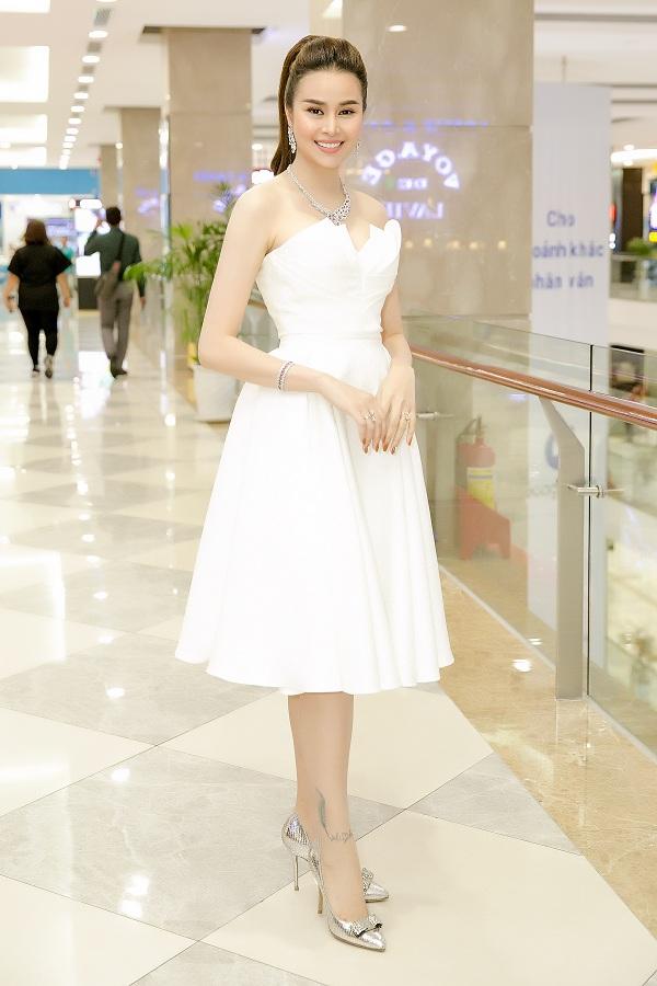 Tối qua (8/1), Sella Trương góp mặt trong buổi ra mắt phim Ở đây có nắng của đạo diễn Đỗ Nam.