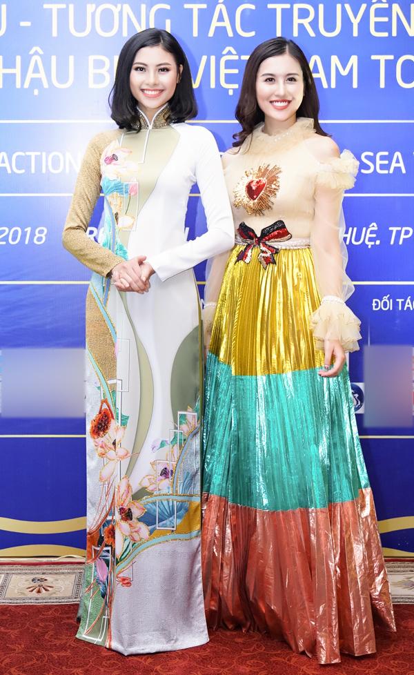 Đào Thị Hà và Hà Lade là khách mời trong buổi gặp gỡ ban tổ chức cuộc thi Hoa hậu biển Việt Nam toàn cầu 2018 tổ chức tại TP HCM. Đào Hà từng được khán giả biết đến khi lọt top 5 Hoa hậu Việt Nam 2016 còn Hà Lade là hot girl nổi tiếng vừa đoạt giải Á hậu 1 Nữ hoàng Trang sức Việt Nam.