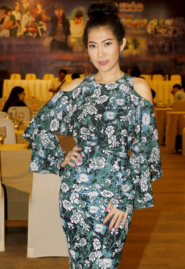 Diễn viên Kim Phượng khoe dáng đồng hồ cát. Ngoài đời cô rất điệu đà nữ tính nhưng trong phim Đánh tráo số phận, Kim Phượng thủ vai một đàn chị giang hồ ngổ ngáo, tàn ác.