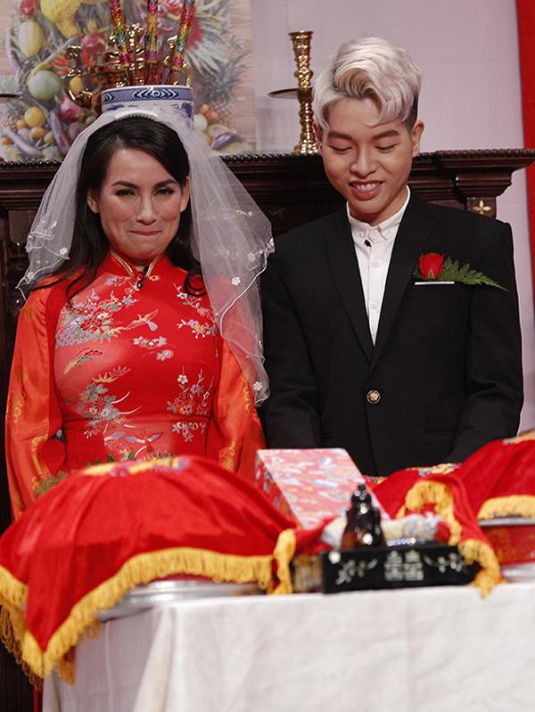 Phi Nhung và Đức Phúc là khách mời trong show hài tình huống dành cho các nghệ sĩ. Chênh lệch tuổi tác nhiều nhưng cả hai được yêu cầu phải sắm vai cô dâu, chú rể, diễn cảnh một đám cưới truyền thống.
